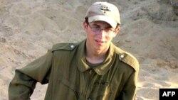 Gilad Şalit'in İsrail üniformasıyla çekilmiş resmi