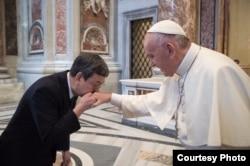 台灣副總統陳建仁親吻教宗方濟各的右手(台灣總統府提供)