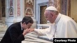 台灣副總統陳建仁親吻教宗方濟各的右手,陳建仁是虔誠的天主教徒。(台灣總統府提供)
