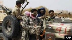 Phe nổi dậy rút lui sau khi bị lực lượng trung thành với ông Gadhafi tấn công ở Brega, miền đông Libya