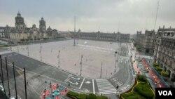"""Vista general de la Plaza de la Constitución, conocida como """"El Zócalo"""", donde se encuentra el Palacio Nacional, la sede de gobierno mexicano. Foto: Antoni Belchi / VOA."""