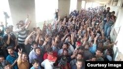 بول کے ملازمین شعیب شیخ کی پیشی پر عدالت کے باہر احتجاج کرتے ہوئے