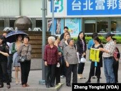 在台北101大樓前經常可見大批中國觀光客(美國之音張永泰拍攝)