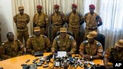 Novi prelazni lider Burkine Faso, general Honore Nabere Traore govori na konferenciji za novinare
