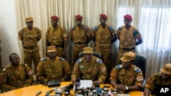 Jenderal Honore Nabere Traore (duduk, nomor tiga dari kiri), dalam konferensi pers di Ouagadougou, Burkina Faso (31/10).