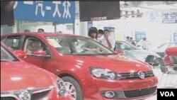 Semakin banyak warga Tiongkok yang mendatangi showroom untuk membeli kendaraan pribadi seperti terlihat dari catatan kenaikan penjualan sejak awal 2011.
