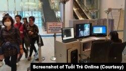 Ảnh minh họa: Quy trình kiểm tra thân nhiệt ở sân bay Đà Nẵng (Ảnh: TRƯỜNG TRUNG - chụp màn hình báo Tuổi Trẻ)