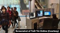 Quy trình kiểm tra thân nhiệt ở sân bay Đà Nẵng (Ảnh: Trường Trung - chụp màn hình báo Tuổi Trẻ)