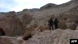 Combatientes de las Fuerzas Democráticas Sirias, la alianza kurda-árabe que apoya Estados Unidos en la lucha contra el Estado Islámico resguardan un sitio arqueológico en Hasaka, noreste de Siria.