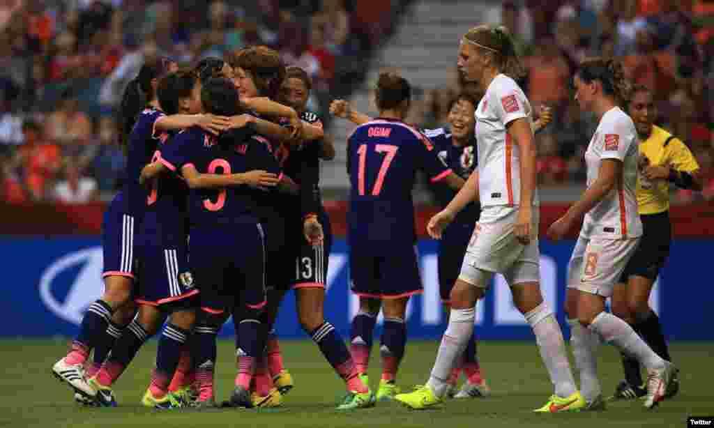 Jogadoras japonesas celebram depois da vitória à Inglaterra por 2-1 na semi-final no Mundial Feminino da FIFA 2015.