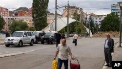 Pripadnici kosovske policije i KFOR-a na mostu u Mitrovici posle napada na službenika Euleksa, 19. septembra 2013.