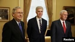 Le chef de la majorité républicaine au Sénat, Mitch McConnell, le candidat à la Cour suprême, Neil Gorsuch et le vice-président américain, Mike Pence, Capitol Hill, Washington, le 1er février 2017.(REUTERS/Joshua Roberts)