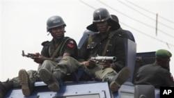 """'Yan sandan """"mobile"""" na Najeriya su na sintiri a titunan Kaduna lokacin zaben gwamna. Ana zargin daya daga cikin irin wadannan 'yan sandan kwantar da tarzoma da laifin bindige wata yarinya mai shekaru 13 da haihuwa har lahira a Maidugurin Jihar Borno yau"""