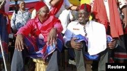 Uhuru Kenyatta na mgombea mwenza wake William Ruto wakiwa Mombasa wakati wa kampeni za uchaguzi Februari 2013