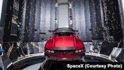 Фото, зроблене компанією SpaceX 6 грудня 2017 р., показує автомобіль Tesla поруч із частиною ракети Falcon Heavy на мисі Канаверал, штат Флорида.