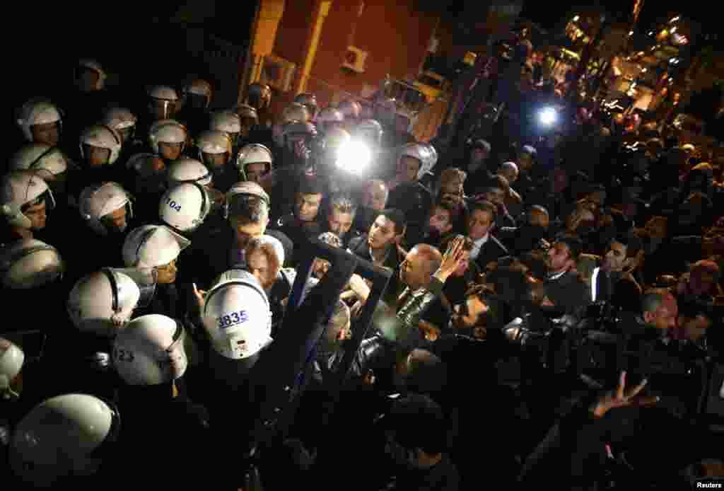 Müxalifətin Cumhuriyyət Xalq Partiyasının sədr müavini Gürsel Təkin yerli seçki məntəqəsində - Ankara, 31 mart, 2014
