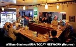 """Bar """"Klub ric"""" ponovo se otvorio posle odluke Vrhovnog suda države Viskonsin da ospori uredbu guvernera Tonija Eversa o ostanku kod kuće usled epidemije koronavirusa (Foto: Reuters/William Glasheen/USA TODAY NETWORK)"""