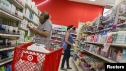 美国消费者在百货商店塔基特采购(资料照片)