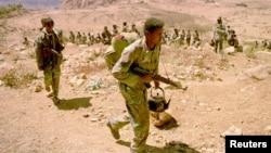 지난 2001년 2월 에리트레아 군이 세나페 지역 최전방에서 총과 물을 들고 행군하고 있다. (자료사진)