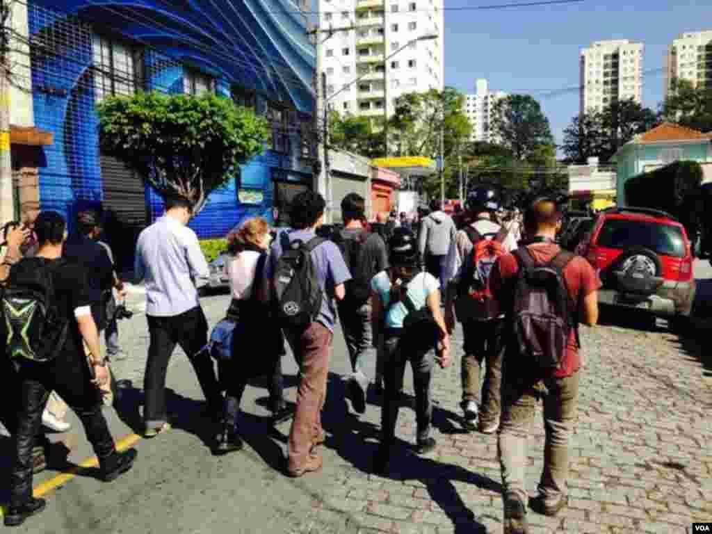 Jornalistas abandonam a estação de metro Carrão em São Paulo, local onde ocorreu uma grande manifestação de grupos sindicalistas e sem-abrigo. São Paulo, Brasil, Junho 12, 2014