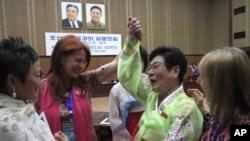 북한을 방문한 '위민크로스DMZ(WomenCrossDMZ)' 대표단이 지난 21일 평양 인민문화궁전에서 북한 여성과 대화하고 있다.