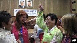 지난 5월 북한을 방문한 '위민크로스DMZ' 대표단이 평양 인민문화궁전에서 북한 여성과 함께 춤추고 있다. (자료사진)