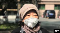 چینی مصنف فینگ فینگ صوبے ہیوبی میں صحافیوں سے بات کرتے ہوئے