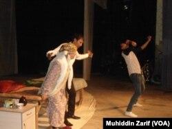 O'sh shahrida, Bobur nomidagi o'zbek akademik drama teatrida Oytoji Shabdonova (chapda, oldinda) ijro etgan rollardan biri