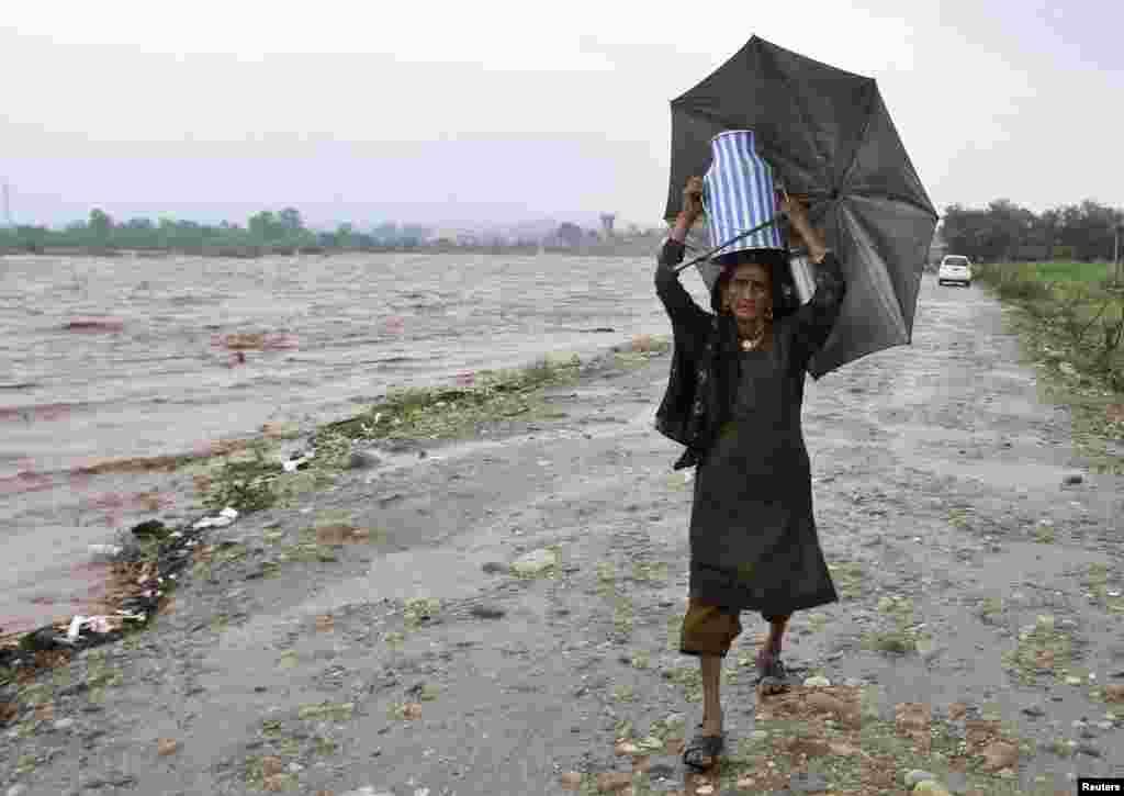 بھارت کے زیرانتظام کشمیر میں شدید بارشوں کی وجہ سے معمولات زندگی متاثر ہوئے ہیں۔