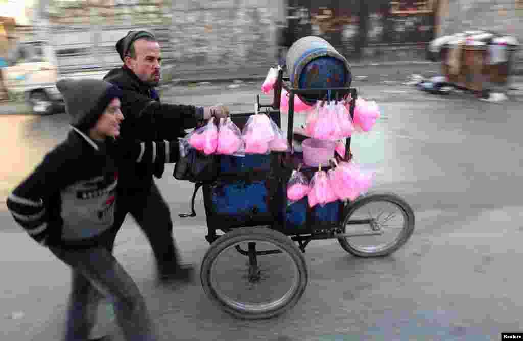 15일 시리아 알레포 시의 솜사탕 장사.