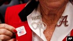 阿拉巴马州一名支持莫尔的选民刚刚投完票