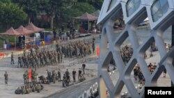 Çin ordusuna bağlı birliklerdenHalkın Silahlı Polisi, Hong Kongsınırındaki bir stadyumda tatbikat yaptı