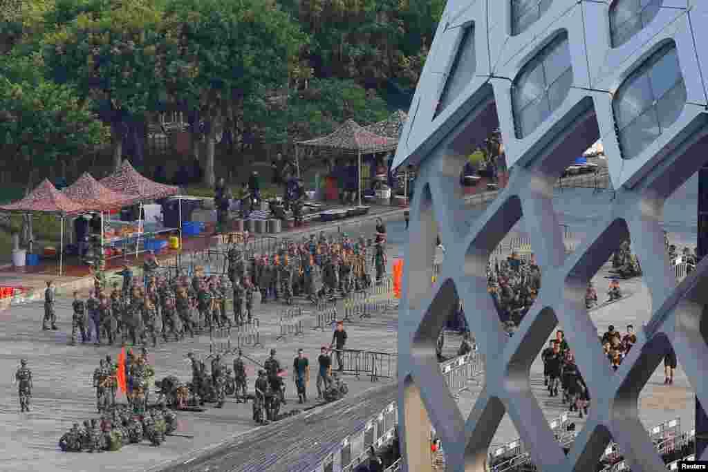 2019年8月15日在中国广东深圳湾体育中心走动的中国军人。