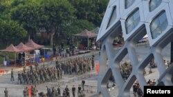 Kineski vojnici na stadionu u Šenženu, na granici sa Hong Kongom