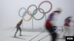Trời sương mù khiến các nhà tổ chức phải hoãn lại các cuộc tranh tài.