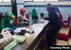 Pembagian APD termasuk pelindung wajah dan masker untuk petugas kesehatan di sebuah rumah sakit. (Foto: Melting Pot Community)