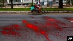 缅甸反军事政变抗议者把红漆泼洒在仰光的街道上。(2021年4月6日)