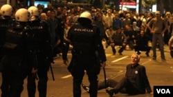 Las protestas registradas en Belgrado durante el fin de semana, por el arresto de Mladic, tuvieron un final violento.