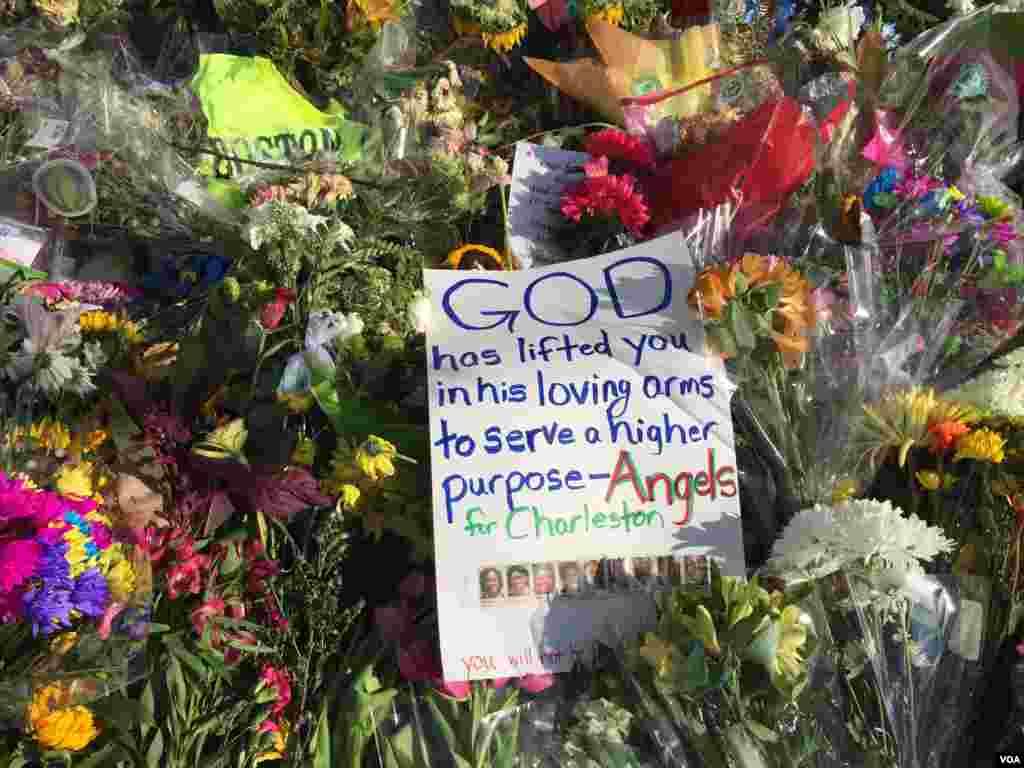 A prayer left among the flowers outside Emanuel AME Church, Charleston, South Carolina, June 21, 2015. (Jerome Socolovsky/VOA)