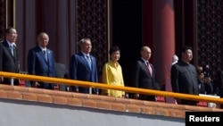 전승절 참석차 중국을 박근혜 한국 대통령(오른쪽 세번째)이 3일 시진핑 중국 국가주석(맨 오른쪽) 및 각 국 정상들과 함께 베이징 톈안먼 성루 위에서 전승절 열병식을 지켜보고 있다.