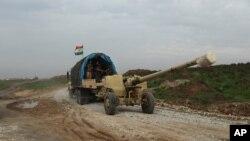 Lực lượng người Kurd tại Iraq kéo đại bác tới thành phố Sinjar.