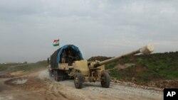 Senjata artileri howitzer milik pasukan Kurdi Irak menuju kota Sinjar, Irak (19/12). (AP/Zana Ahmed)