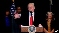 El presidente Donald Trump habla tras visitar el Museo Nacional de Historia y Cultura Afro-Estadounidense, el martes 21 de febrero de 2017, en Washington.
