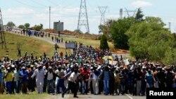 Công nhân đình công trên đường đến gặp nhân viên quản lý mỏ, ngày 18/10/2012