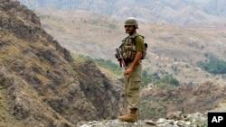 سرباز پاکستانی بر فراز یک پوستۀ مرزی در امتداد خط دیورند