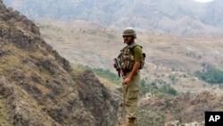 Hình tư liệu - Một binh sĩ Pakistan đứng gác ở khu vực biên giới Pakistan và Afghanistan, ngày 15 tháng 6 năm 2016.