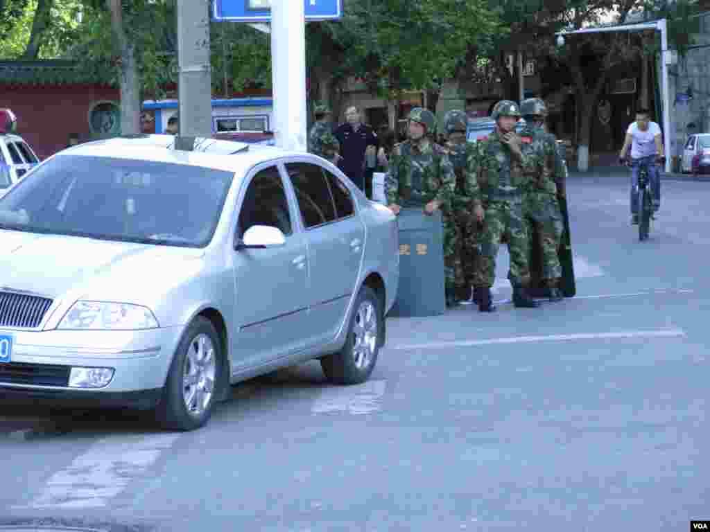 乌鲁木齐市的街头武警高度戒备。(美国之音东方拍摄)