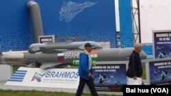 Tên lửa BrahMos của Ấn Độ trưng bày tại cuộc triển lãm hàng không vũ trụ quốc tế tại Moscow.