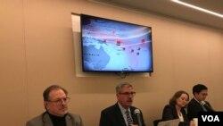 前美国海军上校情报官法内尔(左2)2019年12月9日在华盛顿全球台湾研究中心介绍中国在太平洋外交作为(美国之音锺辰芳拍摄)