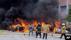 12일 멕시코 게레로 주 주도인 칠파신고에서 대학생 실종 사건에 항의하는 시위대가 주의회 건물에 불을 질렀다.
